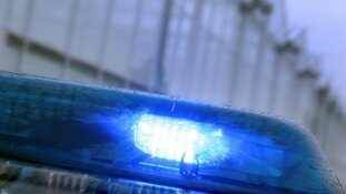 Man overleden na auto te water in Oostwoud