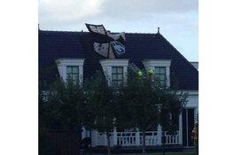Kitesurfer gewond bij crash in Andijk: vlieger door brandweer van dak gehaald