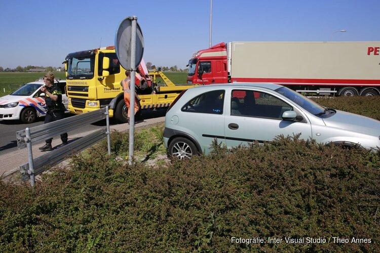 Auto rijdt rotonde op