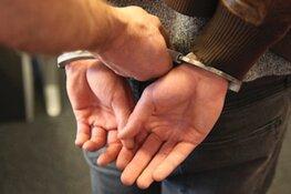 Busje rijdt slaapkamer van woning Andijk binnen: bestuurder aangehouden