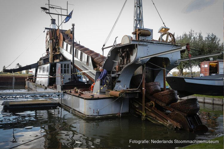 Baggermolen Stoommachinemuseum uit water getakeld