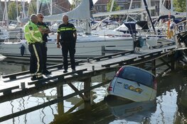 Auto rijdt water haven Medemblik in