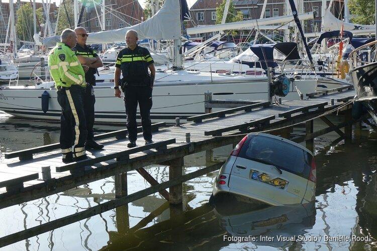 Auto rijdt water haven Medemblik in