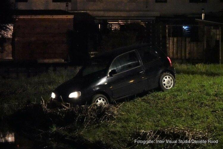 Auto vliegt uit de bocht in Andijk. Bestuurder slaat op de vlucht