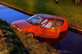 Auto te water na botsing in Zwaagdijk-Oost